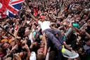 Lewis Hamilton viert zijn overwinning met het enthousiaste thuispubliek.