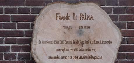 Frank Di Palma, enige overlevende van een vliegtuigcrash, heeft zijn eigen plaquette op Landpark Assisië