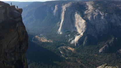 Twee toeristen vallen van bekend uitkijkpunt Yosemite National Park