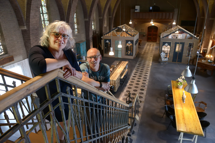 Liesbeth en Wouter de Zwart mogen de doodsklok van de Hubertuskerk in Dongen-Vaart weer luiden.