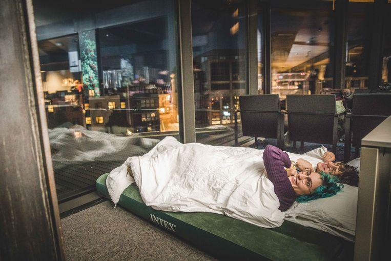 Overnachten in een bibliotheek: het is eens iets anders.