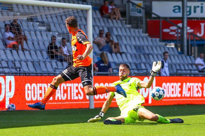 Martijn Kaars van FC Volendam stuit op De Graafschap-doelman Nick van den Dam.