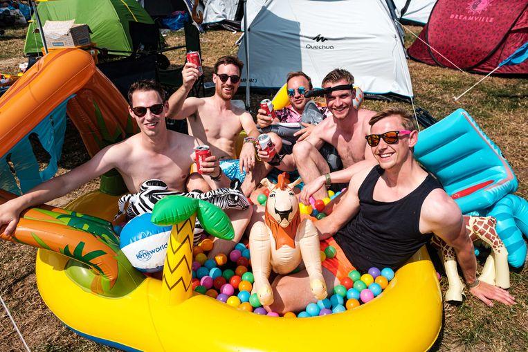 Daniel uit Hamburg (rechts) en zijn vrienden zoeken afkoeling in een plonsbadje.