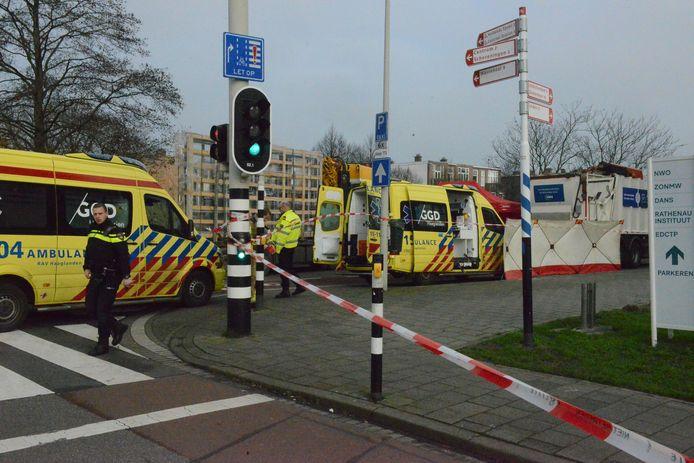 De hulpdiensten bij de Schenkkade na de aanrijding met vuilniswagen.