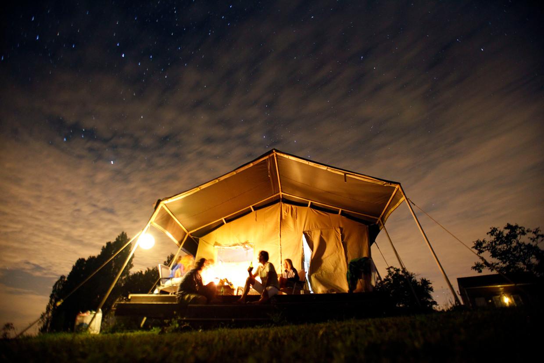 Kamperen in een safaritent in Frankrijk. Het aantal vakantieboekingen steeg met 4,5 procent.