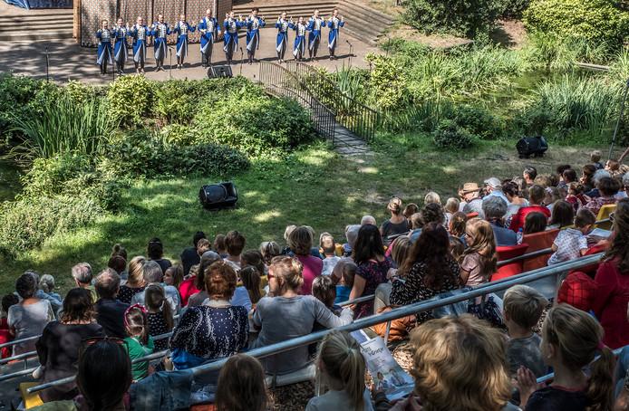 Veel publieke belangstelling voor Hans en Grietje, in openluchttheater Victoriaklef vertolkt door Toneelvereniging Mariahout.