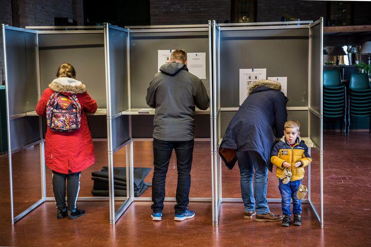 Kiezers brengen in het dorpshuis van Nieuw-Beijerland hun stem uit voor de Provinciale Statenverkiezingen en het Waterschap.  Beeld Arie Kievit