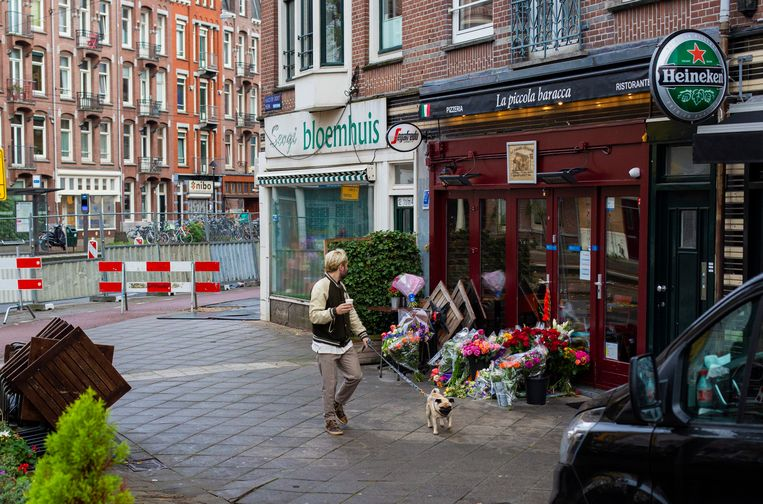 Na de schietpartij waarbij Goran Savic, de uitbater van pizzeria La Piccola Baracca, om het leven kwam, liggen er bloemen voor de gesloten pizzeria. De daders hadden het gemunt op het andere slachtoffer, de Montenegrijnse crimineel Jovan Durovic.  Beeld Maarten Brante