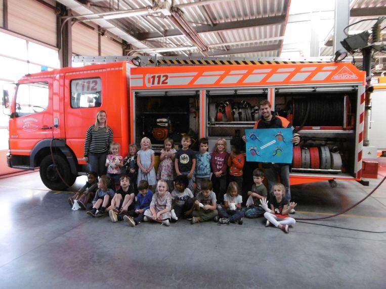 De kleuters op de bezoek bij de brandweer.
