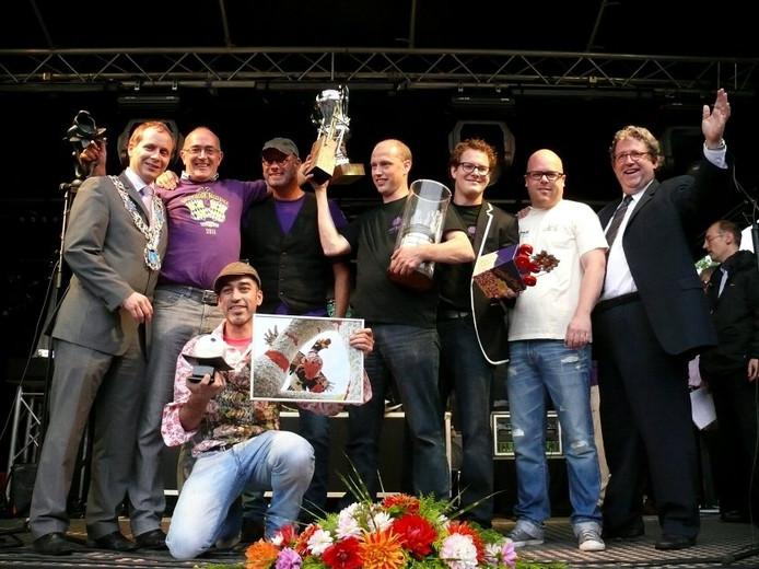 Leden van buurtschap Hazestraat; de winnaars van het Bloemencorso in Valkenswaard. foto John Bakermans