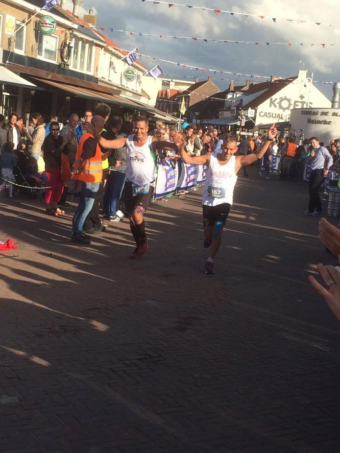 Hans Minnaard en Rene Moerland op weg naar de finish