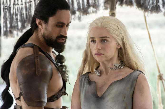 Emilia Clarke (rechts) als Daenerys Targaryen in 'Game of Thrones'.