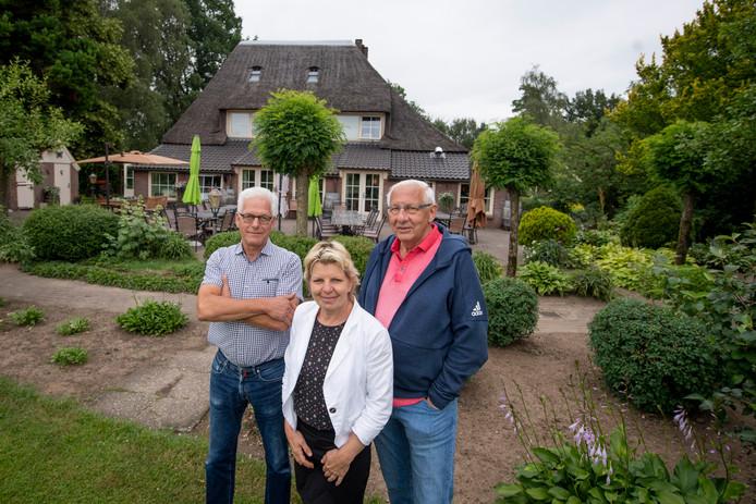 Johan van Leeuwen (l), Anja Holtmaat en Theo Solen maken er werk van dat ouderen die zwaardere zorg behoeven, in Luttenberg kunnen blijven wonen. Op het terrein van De Boerschop zijn ook studio's gepland voor jonge dorpsgenoten die begeleiding behoeven.