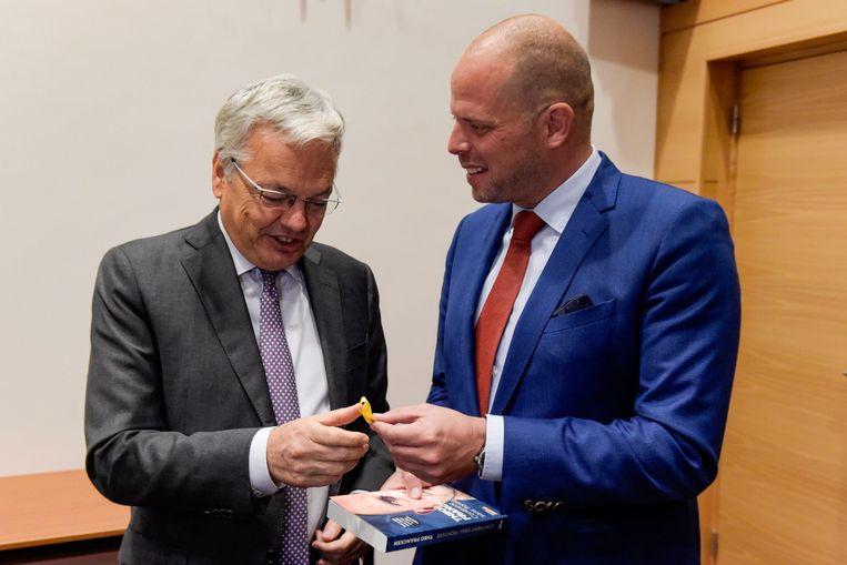 Didier Reynders kreeg in de Kamer een geel Catalaans solidariteitslintje van N-VA-Kamerlid Theo Francken.