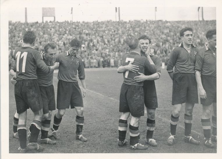 Wereldkampioen West-Duitsland gaat met 2-0 voor de bijl in een oefeninterland. Pol Anoul en Rik Coppens maken de goals.