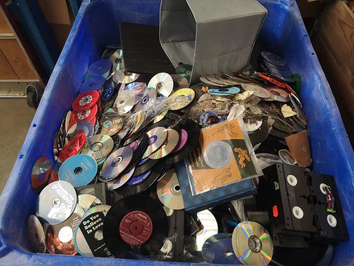 Een verzamelbak afgekeurde cd's, dvd's en video's  bij Kringloopwinkel 2Switch Arnhem.