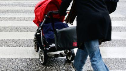 Pick-up rijdt kinderwagen omver op zebrapad. Bestuurder vlucht weg, moeder zoekt getuigen