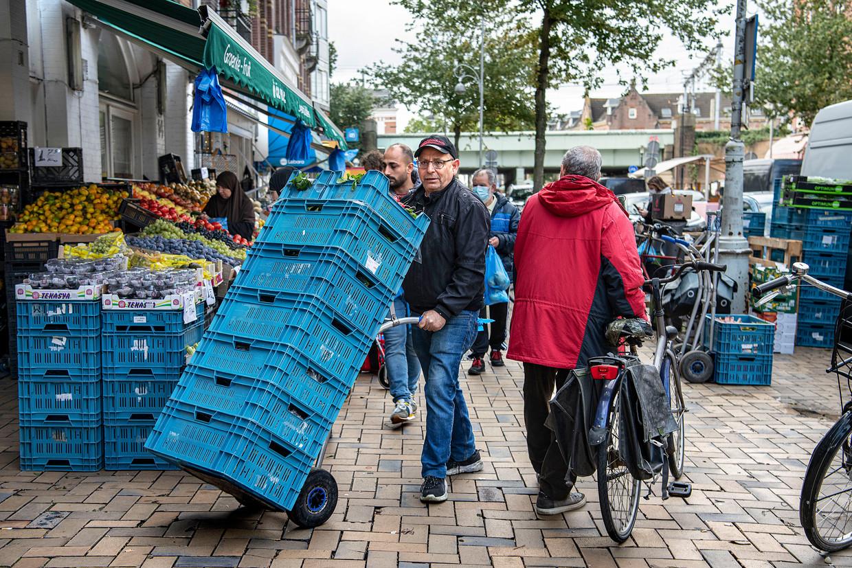 Op de Javastraat in Amsterdam houden weinig mensen zich aan het eenrichtingsverkeer op de stoep.  Beeld Guus Dubbelman / de Volkskrant