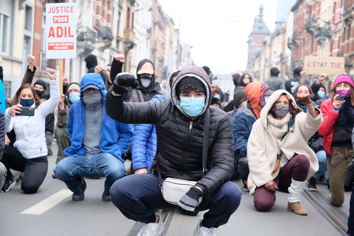 Tientallen jongeren kwamen na 14 uur samen in de buurt van het gemeentehuis van Anderlecht.