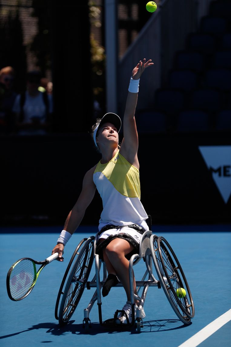 Diede De Groot serveert tijdens de wedstrijd tegen Lucy Shuker op de Austrailian Open . Beeld Getty Images
