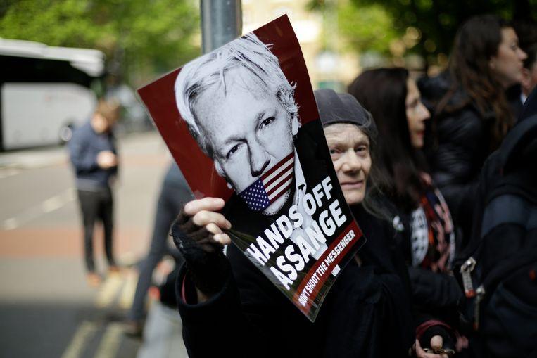 Demonstranten eisen de vrijlating van Assange buiten de rechtbank in Londen, vlak voordat de WikiLeaks-oprichter wordt veroordeeld tot een gevangenisstraf van bijna een jaar. Beeld AP