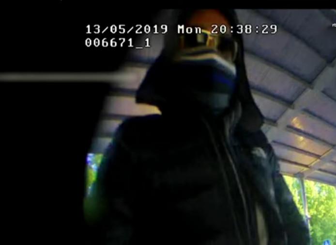 Een van de oplichters bij de pinautomaat in winkelcentrum Holtenbroek in Zwolle.