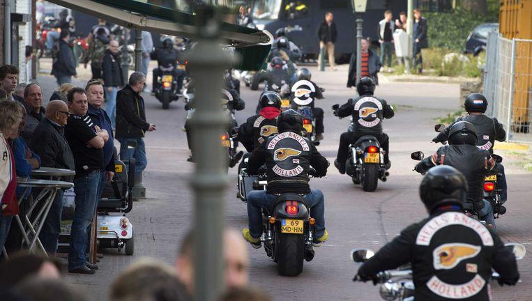Leden van de motorclub Hells Angels rijden in het centrum van Sittard. Beeld anp
