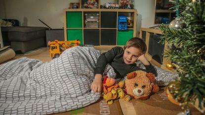 Fons (7) zag daklozen in Brussel. Sindsdien slaapt hij op kartonnen doos