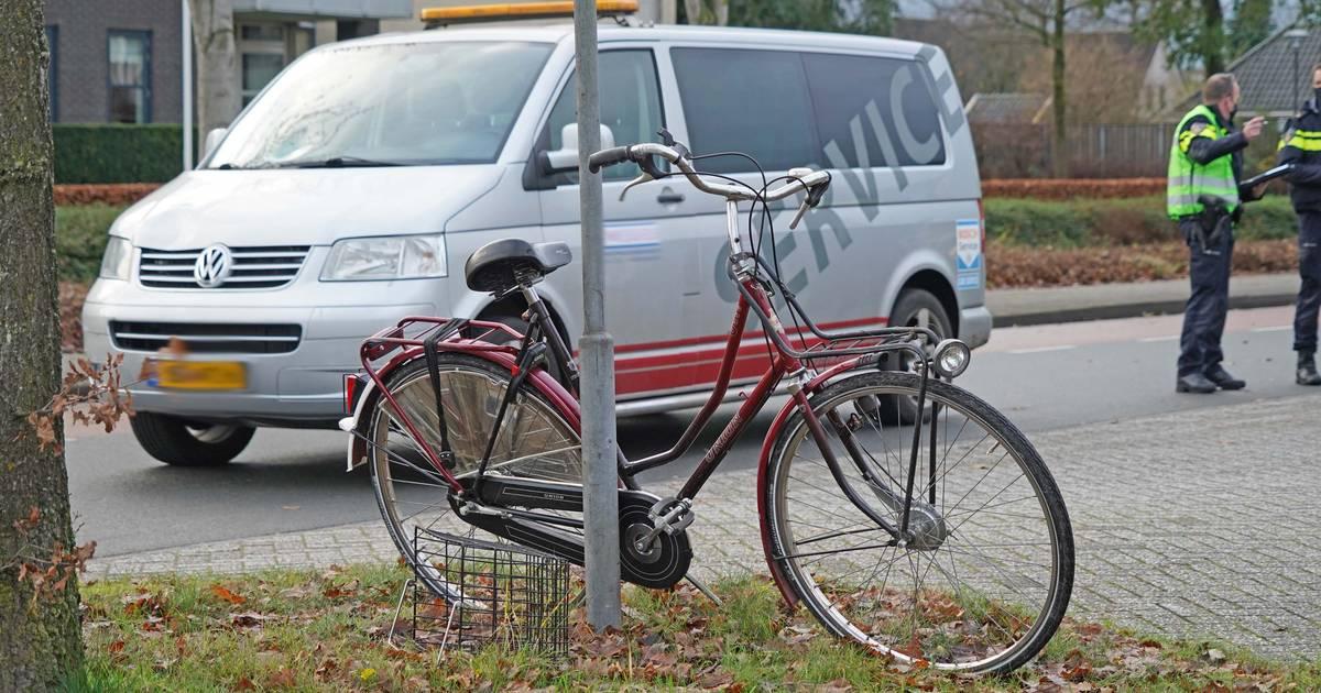 Fietsster raakt in Dedemsvaart gewond bij aanrijding met bedrijfsbus.