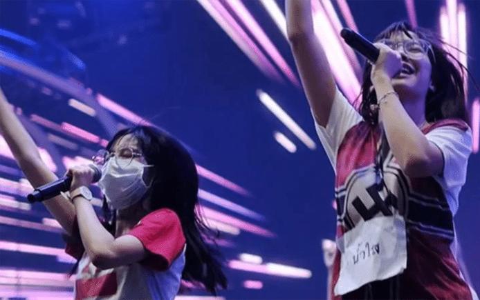Het optreden, in T-shirt met Nazi-opdruk en de handen in de lucht, zorgde voor grote ophef.