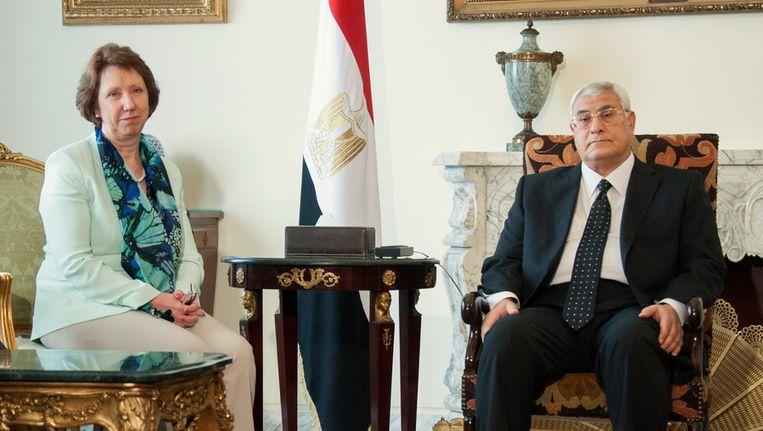 Catherine Ashton in gesprek met de Egyptische interim-president Mansour. Beeld ap