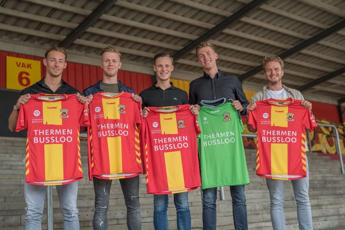 Dennis Hettinga, Givan Werkhoven, Sam Beukema, Mark Spenkelink en Thijs Dekker (v.l.n.r.) blijven langer in de Adelaarshorst.