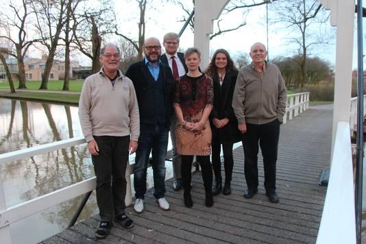 Andra Eisink-Weg (derde van rechts) wordt het tweede GroenLinks-raadslid. Dat gaat ten faveure van Jan Lenselink (geheel rechts).