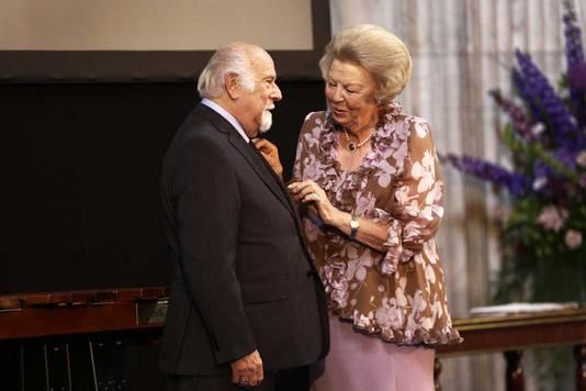 Prinses Beatrix reikt aan Jaap van Velzen de Zilveren Anjer uit, de jaarlijkse onderscheiding van het Prins Bernhard Cultuurfonds.