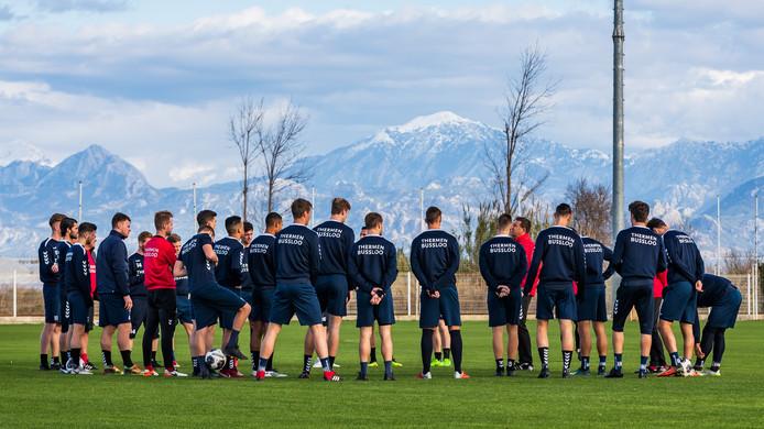 John Stegeman coach (Go Ahead Eagles) spreekt zijn team toe met op de achtergrond de besneeuwde bergen van Belek.