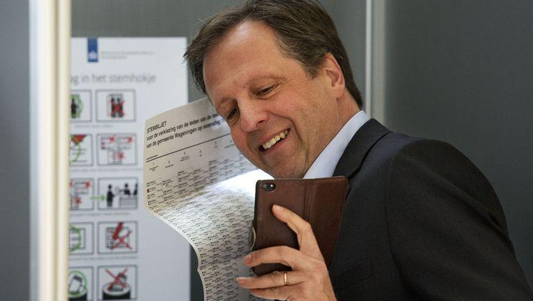 D66-leider Alexander Pechtold maakt een stemfie, een selfie gemaakt in het stemhokje tijdens de gemeenteraadsverkiezingen. OLAF KRAAK Beeld anp