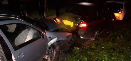 Beschonken bestuurder botst tegen geparkeerde auto's in Grave