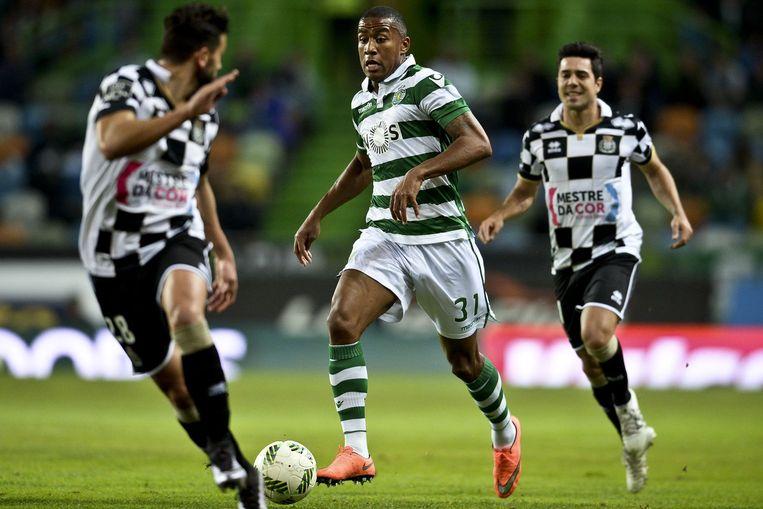Marvin Zeegelaar (midden) controleert de bal tijdens een wedstrijd tegen Boavista at Alvalade. Beeld afp