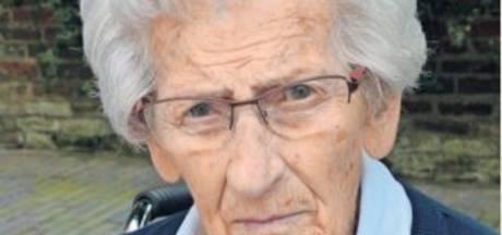 Anneke van Pinxteren, eeuwelinge te Hilvarenbeek, spelde daags voor haar overlijden nog de krant