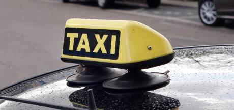 Taxichauffeur rijdt weg na aanrijding met motorrijder in Uden