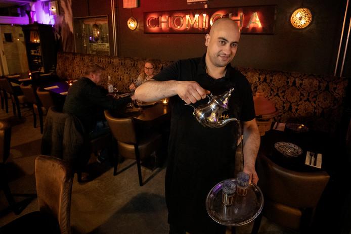 Chef-kok en eigenaar Mohammed Bellahssen zorgt voor de muntthee.