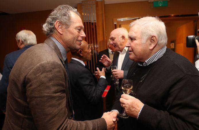 Michel Preud'homme drukt Robert Waseige de hand.