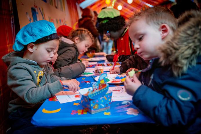 Kinderen gaan op voor het Zwartenpietendiploma in de omgetoverde kapsalon van Corin Brokking in Randwijk.