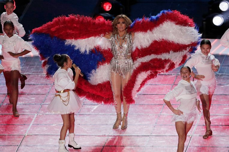 Jennifer Lopez met dochter en de vlag van Puerto Rico. Beeld AP