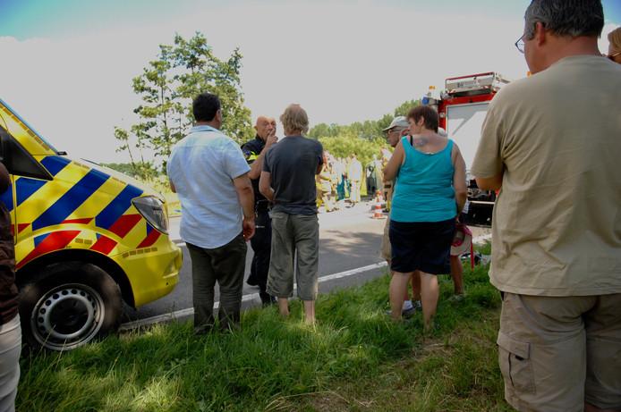 Een politieagent moet met aanhouding dreigen voordat een filmende omstander aan de kant wil gaan in Doesburg.
