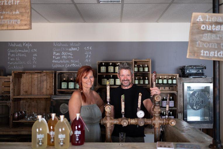 Michèle De Coninck en Patrick Staes brouwen hun eigen gefermenteerde drankjes.