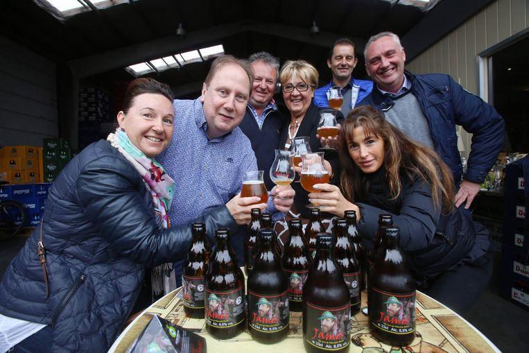 Het Foorcomité bij de presentatie van hun biertje.