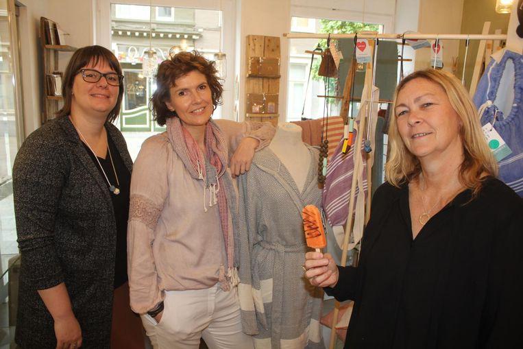 De drie creatieve vrouwen: Ellen, Lieve en Liesbeth met zelfgemaakt ijsje in de hand.