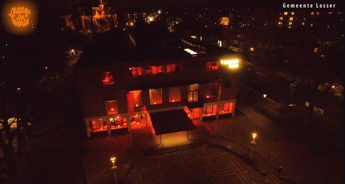 Het gemeentehuis in Losser kleurt oranje voor de campagne Orange the World.