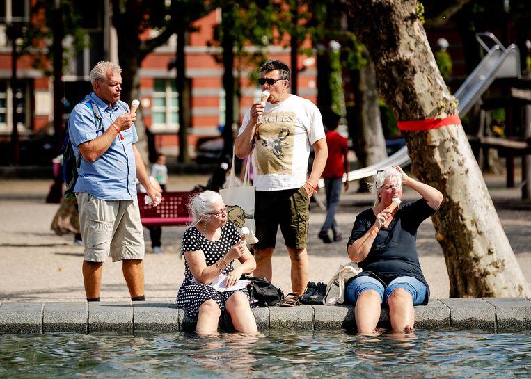 Nederland zoekt massaal verkoeling, zoals hier op het Museumplein in Amsterdam. Beeld ANP